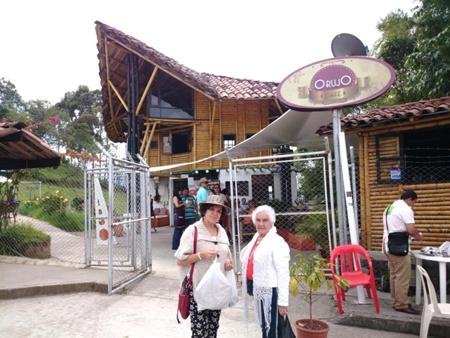 Rubiela Arias y la poeta Gloria María Medina en frente del Restaurante Orujo