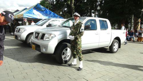 Gobernación del Cauca entregó dos camionetas al Ejército