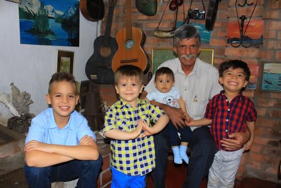 Cumpleaños de David Luna - Foto - abuelo y nietos Luna