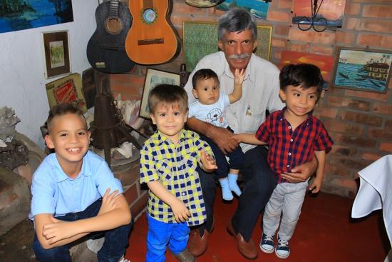 Cumpleaños de David Luna - abuelo y nietos Luna