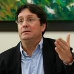 Fiscalía deja en firme investigación contra Francisco Santos por presuntamente haber promovido a las AUC
