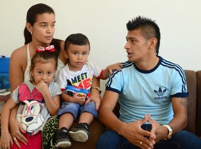 Jhonny Vásquez y su familia