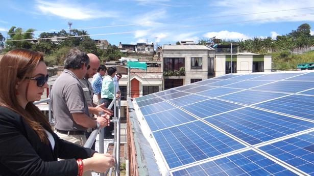 Delegados de la CREG y Asocodis visitaron proyectos innovadores en energía eléctrica en el Cauca - páneles solares