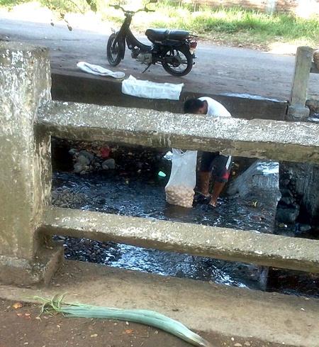 El río Quilichao continúa siendo lavadero de motos, carros y más