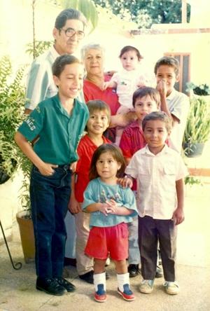 Don Alfonso Luna Solano junto a su esposa y sus nietos en Santander de Quilichao