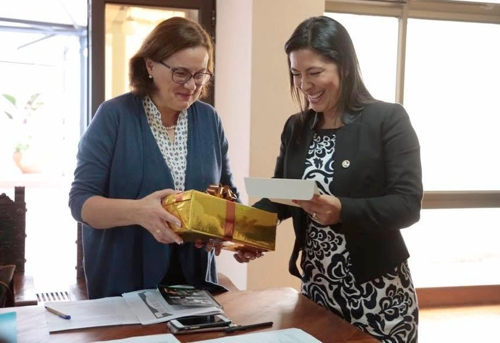 Como un gesto de cortesía, embajadora de la Unión Europea – (EU) recibió una mochila autóctona caucana / Fotografías suministrada.