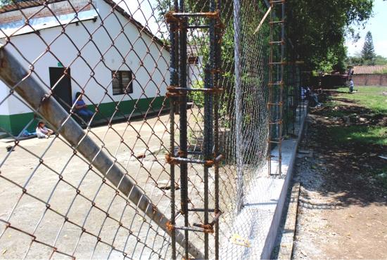 Cerramiento en malla de la Escuela Niña María