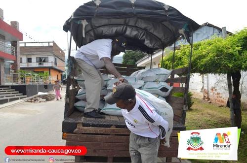 Entregan suplementos alimenticios para el ganado en Miranda, Cauca