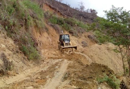 Envían maquinaria para habilitar vías taponadas por derrumbes en el Cauca