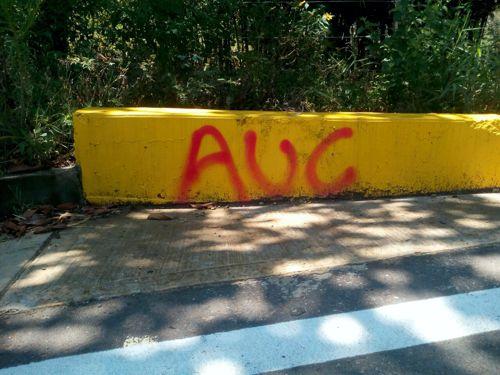 marcas con letras rojas (AUC) fueron ´pintadas en los bordes de la carretera
