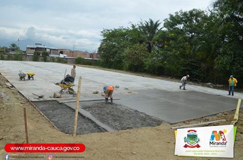 Construcción canchas múltiples en Miranda