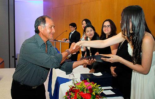 Gabriel Alberto Pancho, recibiendo su título Auxiliar en Sistemas