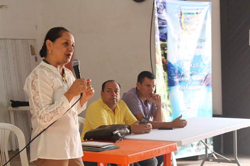 En la foto: la directora de Unicomfacauca zona norte del Cauca, Alba Alicia Rojas Vélez; el alcalde municipal, Hernando Ramírez Ramírez y John Jairo Osorio, secretario de hacienda municipal