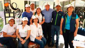 En la imagen el director de la CRC, Yesid González Duque, y el gerente de la Lotería del Cauca, Miguel Eduardo Muñoz Guevara, en compañía del equipo de funcionarios que hacen parte de la campaña Posconsumo