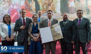 Unimayor recibió un reconocimiento por sus 50 años de labor por parte de la Universidad del Cauca.