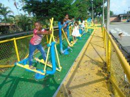 Gimnasios al aire libre y juegos para la comunidad de Villa Rica