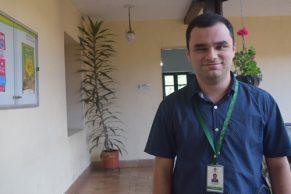 Joven con limitación visual es un funcionario destacado del sector público