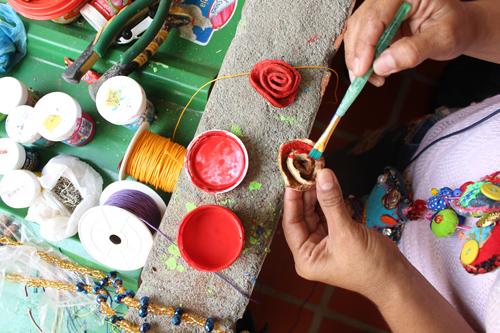 La persona artesana es la que se dedica a realizar sus creaciones con el trabajo de sus manos