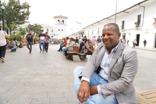 Un gobernador afro que gusta de la cultura