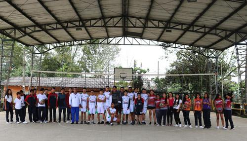 Jóvenes entrenan voleibol gracias al programa 'Cancha llena' de Comfacauca