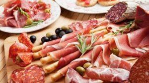 Carnes procesadas y bebidas alcohólicas, entre los carcinógenos