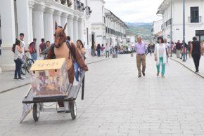 Fernando Melenje es un joven indignado por el maltrato animal que decidió tomar acción. Dentro de un disfraz de caballo realiza una campaña de recolección de dinero para trabajar por el bienestar de esta especie.
