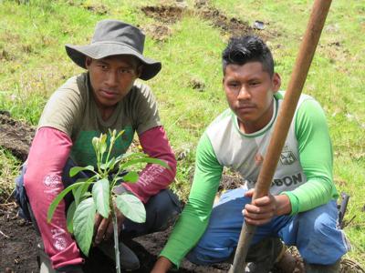 el exguerrillero de FARC-EP mira con orgullo el predio de Tumburao