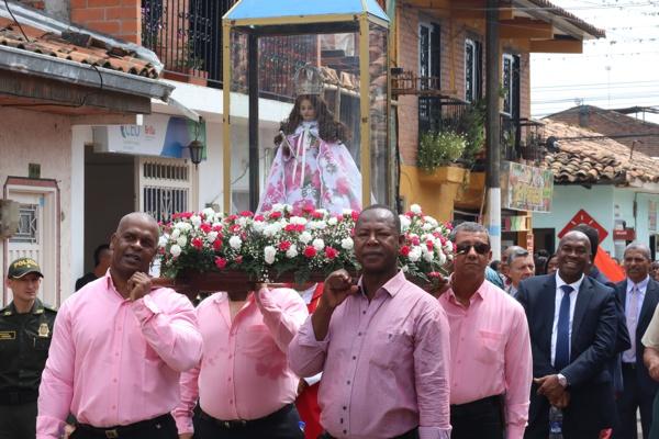 Desfile con la Niña María de Caloto