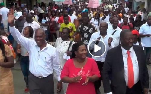 El candidato Hurtado (de blanco) en un desfile político al lado de Víctor Amu (de vestido negro) hace más de un mes.