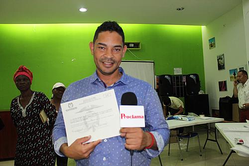 Roller Escobar recibió credencial como alcalde de Villa Rica