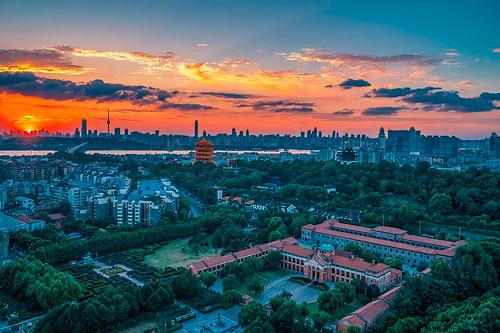 Hoy la Plaza de Wuhan, ha logrado volver a su rutina y la gente acude al sitio mientras la ciudad asume de nuevo la normalidad después de haberse registrado miles de muertos como consecuencia del coronavirus.
