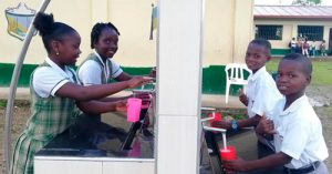 Niños del Chocó por fin beben agua pura