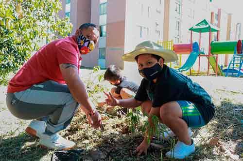 Familias del barrio Parque de Las Garzas, empoderadas en la celebración del Día Mundial del Árbol