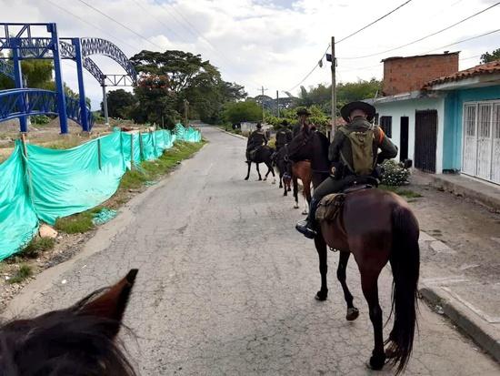 Carabineros de la Policía realizan patrullajes a orillas del río Palo, en Guachené