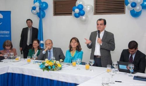 Al centro, Martha Lucía Ramírez; a su derecha, José Darío Salazar Cruz, y a su izquierda, Óscar Iván Zuluaga, del Centro Democrático. Fotografía:https//www.facebook.com/josedariosalazarcruz