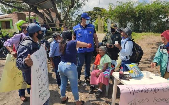 Familiares de víctimas de masacre de El Nilo bloquean vía Panamericana en Mondomo