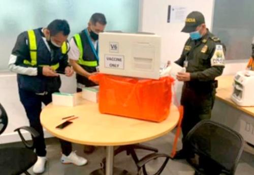 Capturan a chinos con vacunas falsas en el Aeropuerto El Dorado