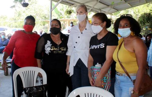 Dilian Francisca Toro, presidenta del partido de la U en compañía de varias mujeres caucanas.
