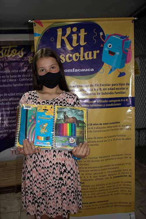 Comfacauca continúa con la entrega de kits escolares