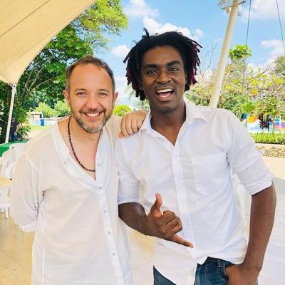 Cesar López, creador de la escopetarra y Kike Riascos de Herencia de Timbiquí.